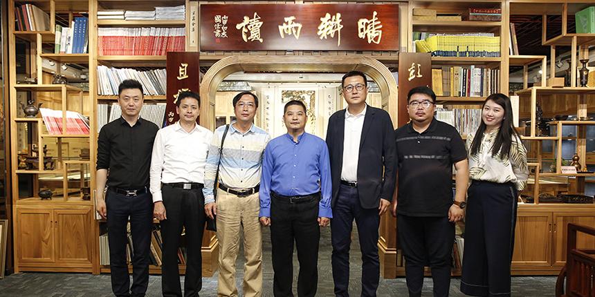 《中国新闻周刊》副社长王晨波一行莅临bob客户端苹果版集团考察交流